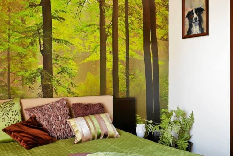Umiejętnie dobrane tkaniny pozwoliły stworzyć we wnętrzu klimat kojarzący się z relaksem w plenerze. Narzuta i dekoracyjne poduszki są uszyte z materiałów o fakturze przypominającej między innymi mech, korę drzew, liście.