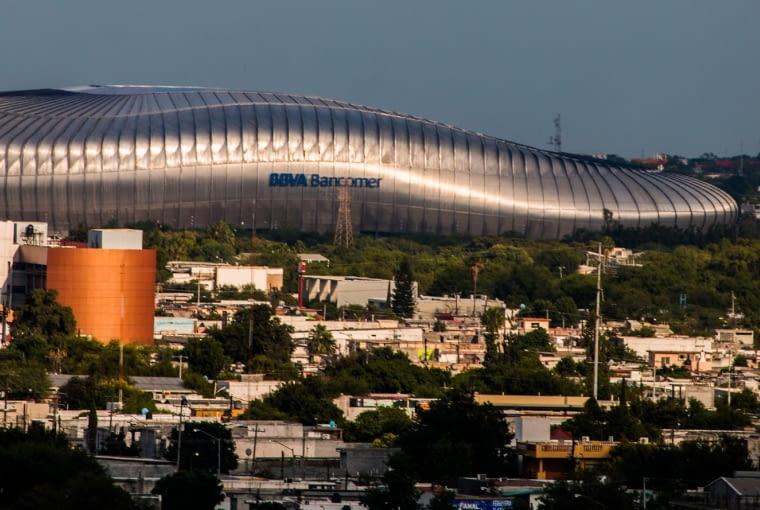 Estadio BBVA Bancomer, Montenerry - Meksyk (I nagroda w głosowaniu internautów, II nagroda w głosowaniu jury) - Elewacje stadionu to nałożone jedna na drugą pasy rozchylające się niczym skrzela - to rozwiązanie nie tylko estetyczne, pozwala także na dopływ świeżego powietrza do wnętrza stadionu. Południowa trybuna została zaprojektowana jako niższa w porównaniu do trzech pozostałych. projektanci zapewnili w ten sposó widok nie tylko na murawę, ale także na znajdującą się w pobliżu stadionu górę Cerro de la Silla.