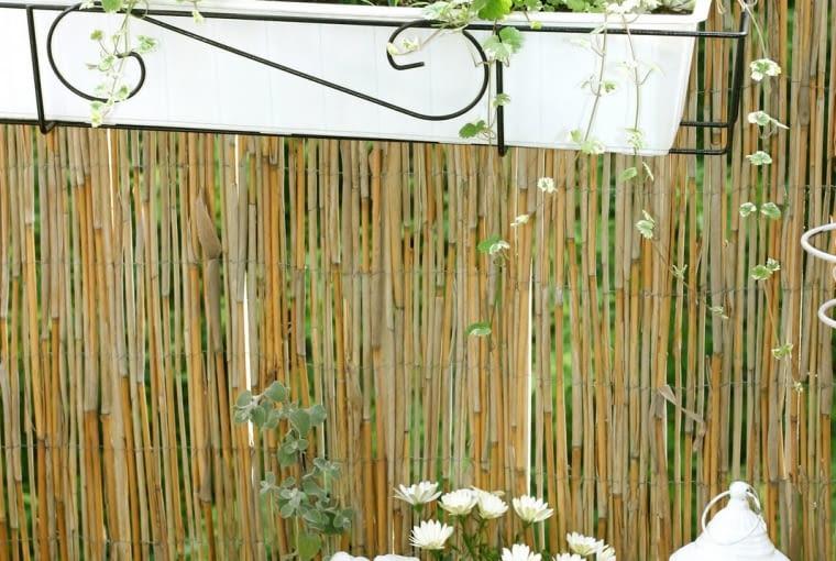 Mały balkon - skrzynki z kwiatami