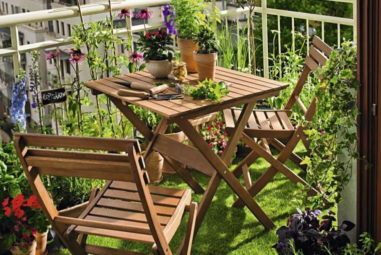 Idealny na mały balkon - komplet składanych drewnianych mebli.