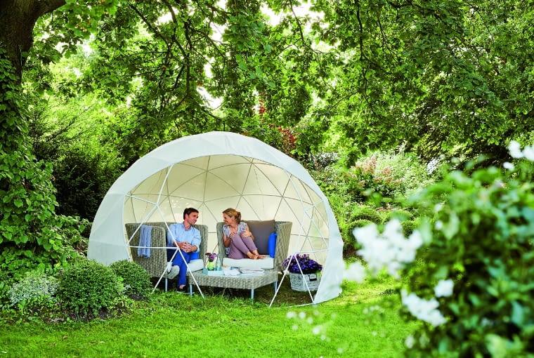 Taki lekki namiot wyczaruje wogrodzie strefę relaksu.