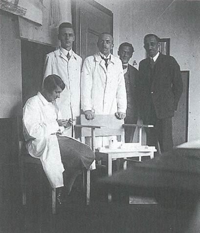 Margarete Schütte-Lihotzky (na pierwszym planie) z kolegami z Frankfurt Municipal Building Department (ok. 1928)