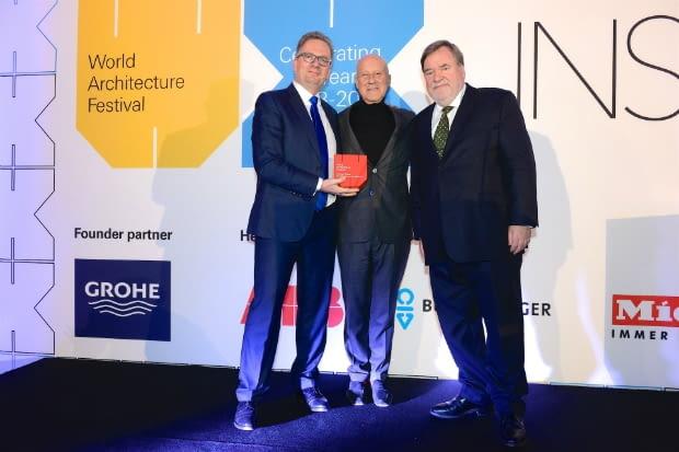 Wręczenie nagrody Normanowi Fosterowi podczas gali na Światowym Festiwalu Architektury w Berlinie