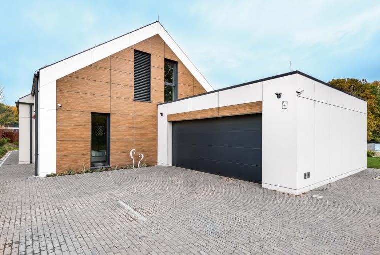 Główna, mieszkalna część domu została przekryta prostym dwuspadowym dachem o kącie nachylenia 35°; nadaje on budynkowi przyjazny charakter