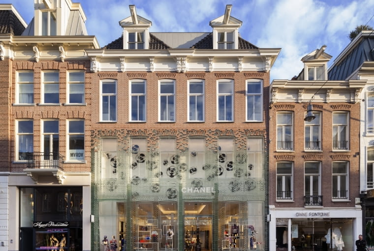 Crystal Houses, Amsterdam, Holadnia, proj. MVRDV, nominacja w kategorii budynek zrealizowany, handel. Przy budynku Crystal House zlokalizowanym przy jednej z handlowych ulic Amsterdamu uwagę zwraca nietypowa elewacja. Dolna partii elewacji zbudowana przy użyciu szklanych cegieł przechodzi stopniowo w typową holenderską elewację z terakoty - to harmonijne połączenie tradycji z nowoczesnością pokazujące, że mogą one ze sobą doskonale współgrać i tworzyć ciekawe estetyczne rozwiązania.