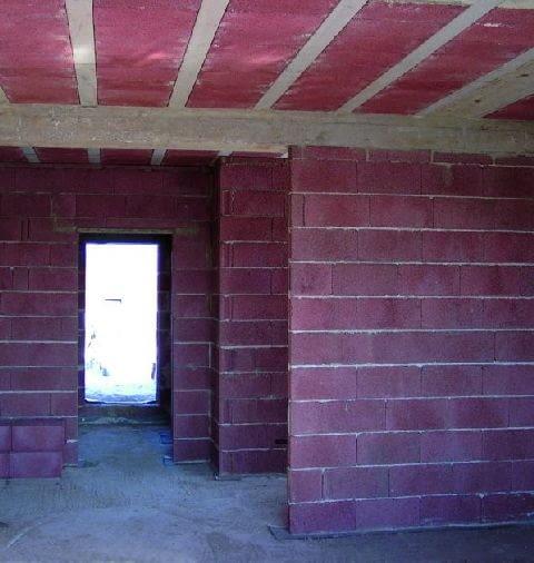 Ściany z pustaków keramzytobetonowych są dość lekkie, ale mają korzystny wskaźnik izolacyjności akustycznej