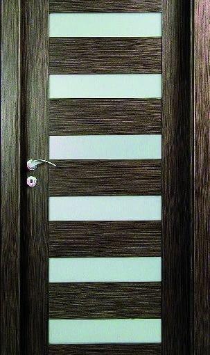 Drzwi wewnętrzne Kolekcja Apis, model A18, ENTRA. Konstrukcja: rama obłożona obustronnie płytą MDF, drzwi w systemie przylgowym lub bezprzylgowym, przesuwnym naściennym i chowanym w ścianę Ościeżnica: regulowana, z płyty MDF Wykończenie: okleinowanie naturalnymi fornirami - 27 rodzajów, drzwi malowane w kolorach z palety RAL i NCS, szkło hartowane -10 rodzajów do wyboru Cena: od 2260 zł (skrzydło z ościeżnicą regulowaną w systemie przylgowym dla muru o gr. do 15 cm, w okleinie standard, z szybą przezroczystą hartowaną, bez klamki, luty 2009). Więcej informacji: www.entra.com.pl