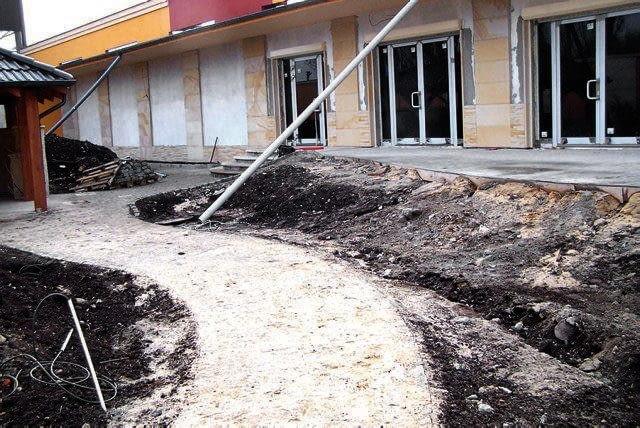 TAK BYŁO: Po usunięciu torów z dawnej bocznicy kolejowej nawieziono warstwę żyznej gleby i wytyczono ścieżki.