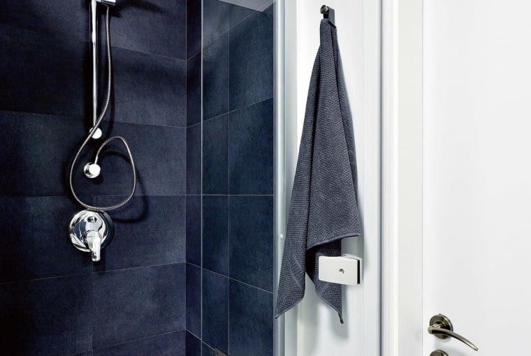 Po remoncie. W kabinie prysznicowej zamocowano wygodne owalne siedzisko. Jest składane, dzięki czemu nie przeszkadza w braniu natrysku na stojąco.