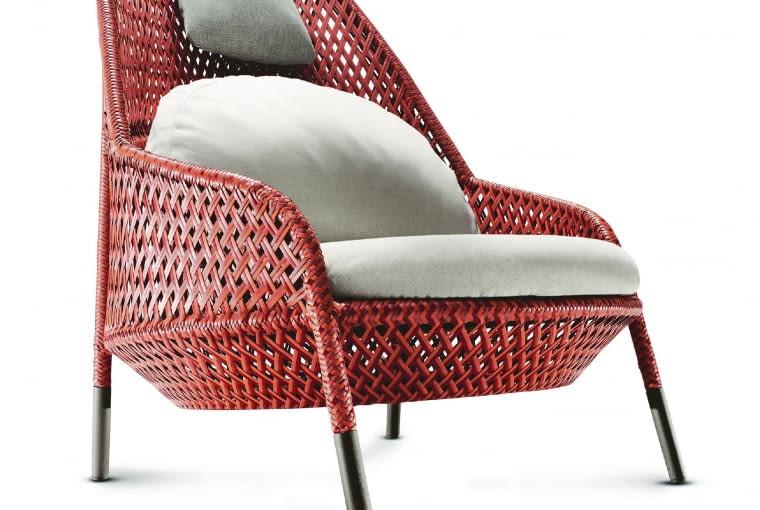 Ahnda. Zachwyca wysoką jakością. Fotel w kolorze koralowca, wygodny i bardzo efektowny. Poduszki dostępne w różnych kolorach. Od ok. 13 300 zł, Dedon/Asymetria Studio
