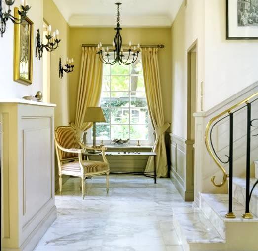 Szprosy w oknach podkreślają stylowy charakter domu, ale zarazem utrudniają mycie szyb