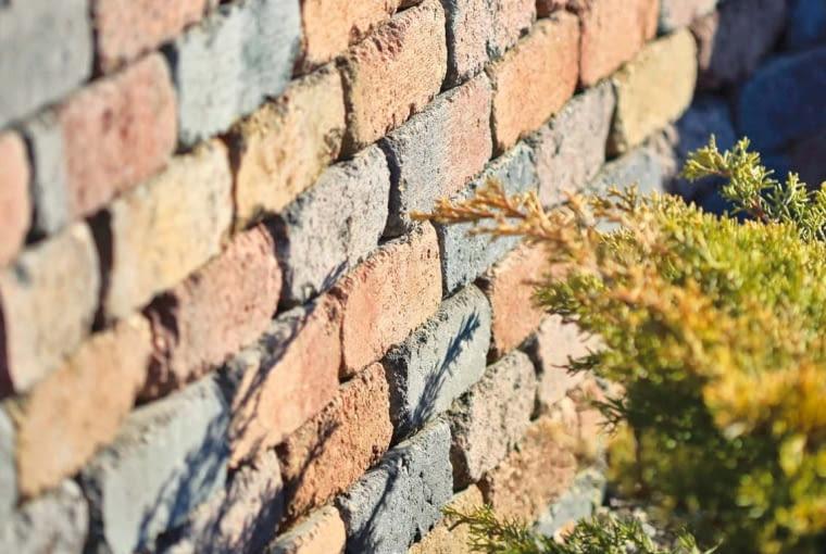 W ofercie producentów kostek brukowych są też betonowe cegły do budowy murków. Często bywają one stylizowane i postarzane