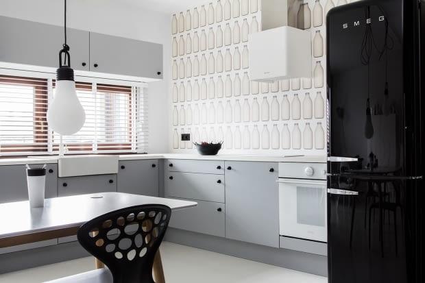 czarno-białe mieszkanie, czerń i biel w mieszkaniu, nowoczesne mieszkanie, polskie mieszkanie