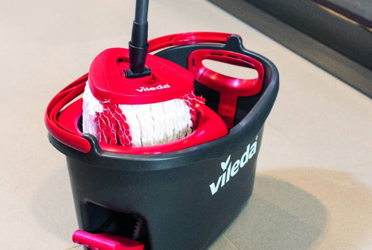 Mop Easy Wring & Clean, z mechaniczną wyciskarką, końcówka z mikrofibry, poj. wiadra 13 l, około 105 zł, Vileda