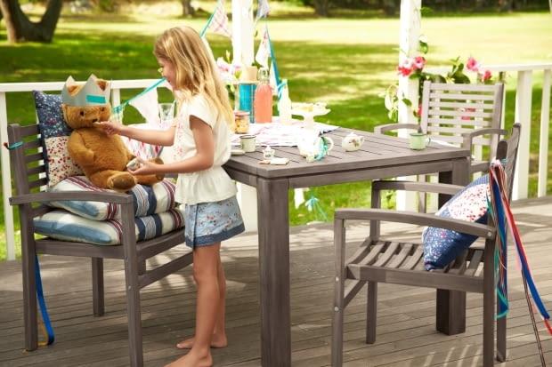 Stół ogrodowy z drewna akacjowego. Wymiary: 160 x 75 cm. Stół doskonale prezentuje się z krzesłami, które łatwo przechować ustawiając jedno na drugim. Tchibo: krzesło 300 zł/szt., stół 1300 zł.