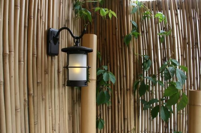 Balkon w stylu orientalnym. Lampa pozwala cieszyć się balkonem również po zmroku