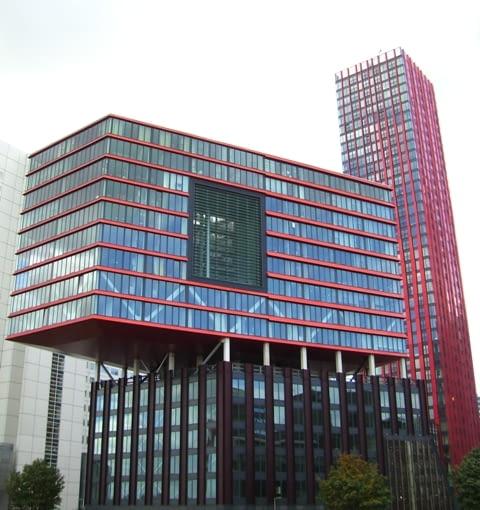 Sztuka prezentowana jest zarówno wewnątrz jak i przed budynkiem Kunsthal