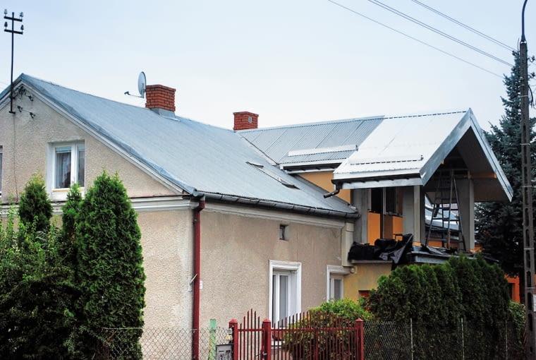 Nowe arkusze blachy - wymienione lub ułożone na dobudowanej części domu - będą się wyróżniać od tych, które leżą na dachu kilkanaście lub kilkadziesiąt lat. Z upływem czasu ten kontrast będzie się zacierał