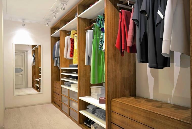 Lustro - ważna rzecz. W garderobie można je zawiesić na ścianie, w szafie najlepsze będą lustrzane drzwi.