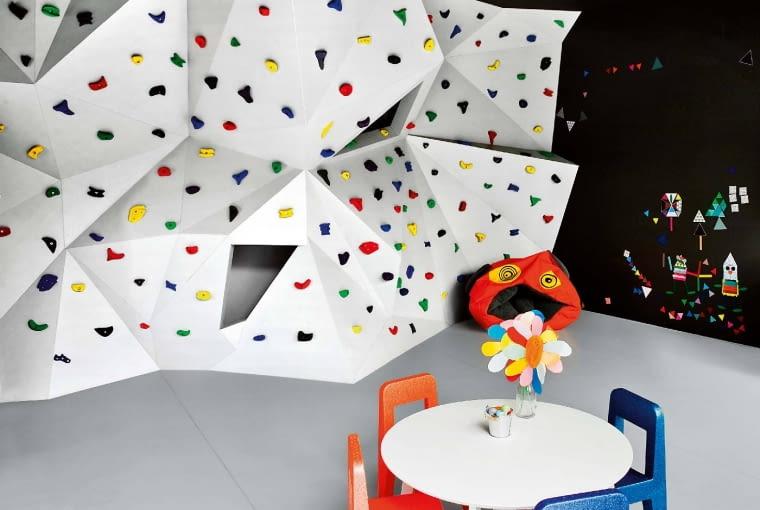 Bawialnia. Architekci zaproponowali konstrukcję ze stali obłożonej płytami MDF, tworzącą labirynt jam i schowków, a od zewnątrz - system ścianek wspinaczkowych. Ewentualne upadki zamortyzuje specjalna sportowa wykładzina.