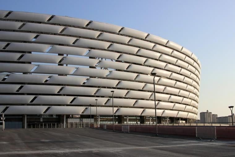 Baku Olympic Stadium, Baku - Azerbejdżan (VII nagroda w głosowaniu internautów, VIII nagroda w głosowaniu jury) - Niestety nie wszyscy będą mogli cieszyć się zadaszonymi miejscami. część widzów siedzących najbliżej płyty boiska nie jest chronionych przez dach, który nadwiesza się jedynie nad wyższymi partiami trybun.