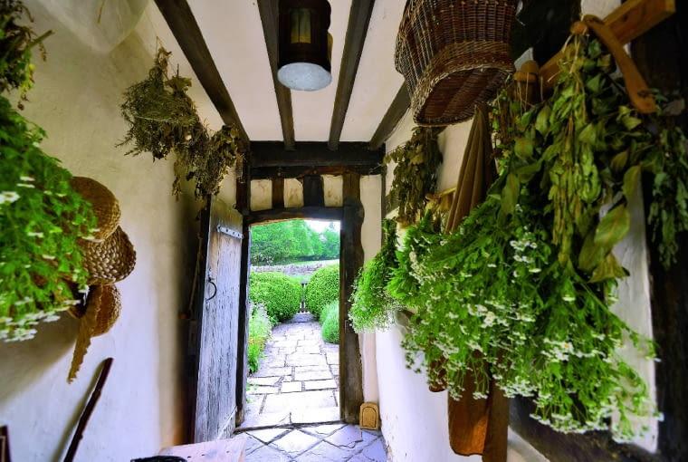 Wnętrze farmy rodem z XVI w. pachnie suszonymi ziołami.