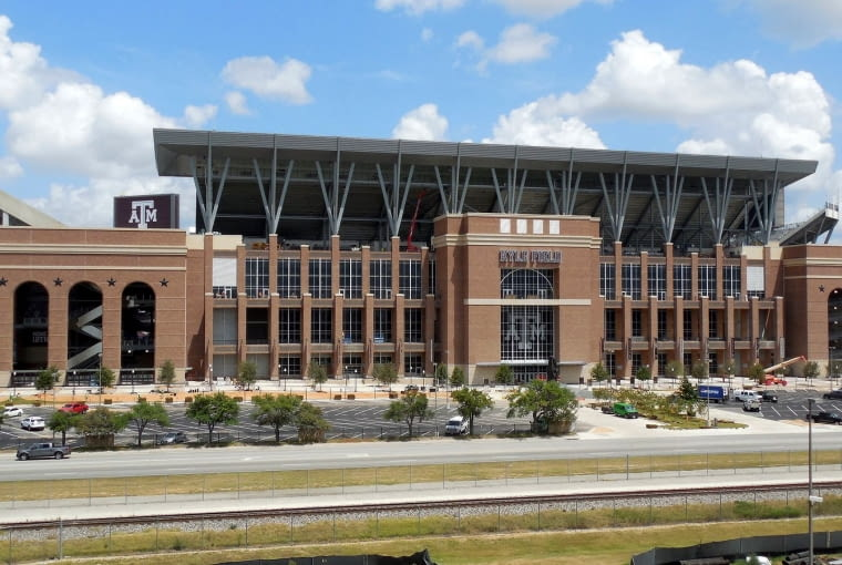 Kyle Field, College Station - USA (V nagroda w głosowaniu internautów) Amerykański stadion już swoją architekturą zdradza, że jest stadionem uniwersyteckim. Stadion ma za sobą długą historię i liczne przebudowy, a powstał jako... partyzanckie działanie jednego z wykładowców wbrew decyzjom uczelni.