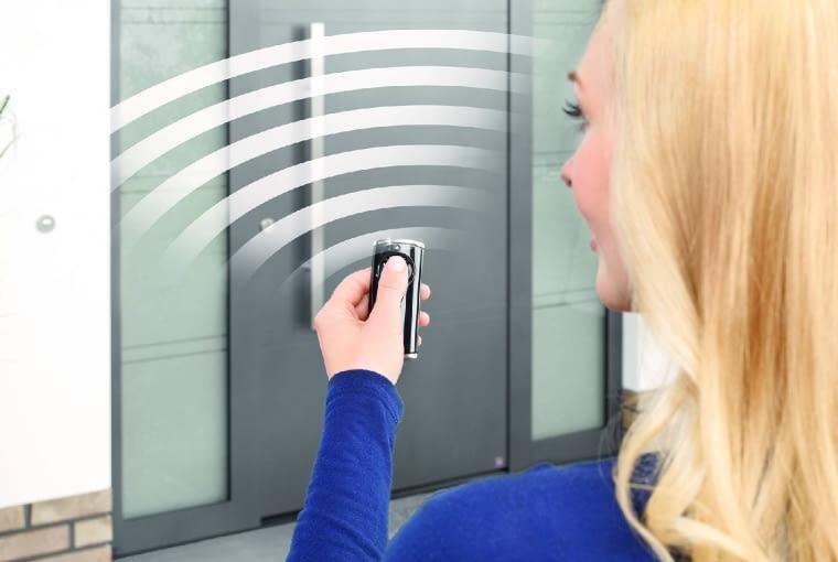 Napęd drzwi zewnętrznych, podobnie jak bramy garażowej, można obsługiwać sterownikiem radiowym, który korzysta z systemu zdalnego sterowania