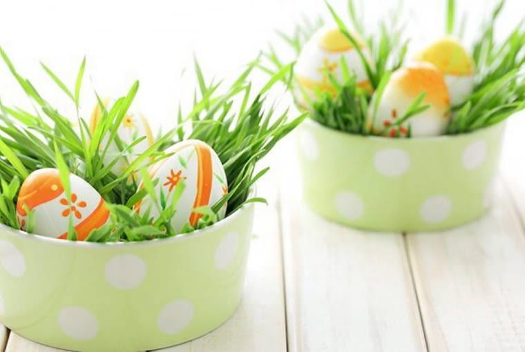 Wielkanocna trawa z pisankami