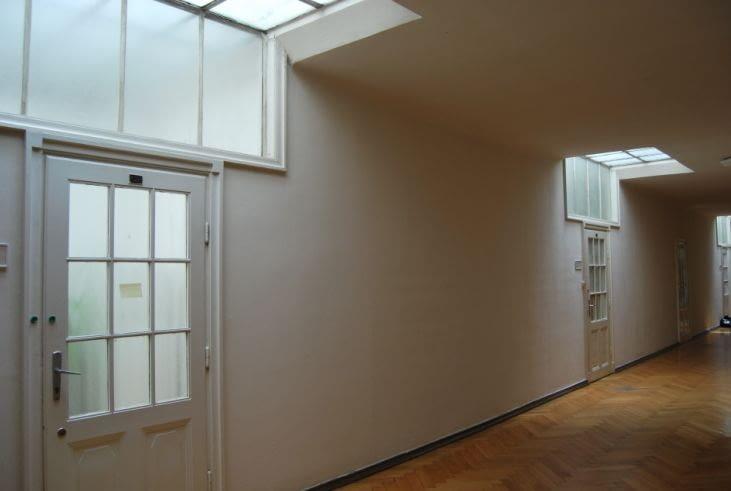 Na ostatnim piętrze zastosowano ciekawe rozwiązanie doświetlenia wnętrz