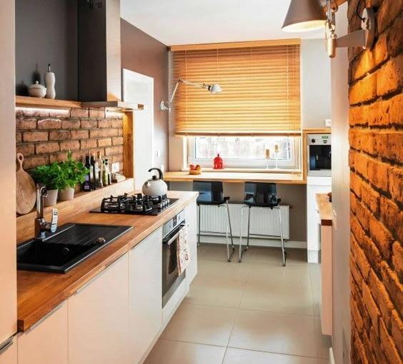 Żaluzje harmonijkowe w kuchennym oknie