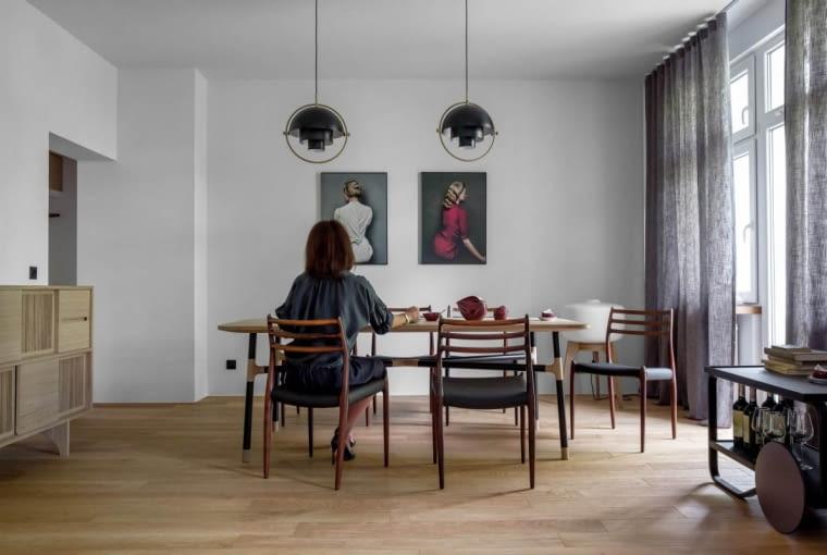 Efektownym wykończeniem salonu są lampy marki Gubi.dk.