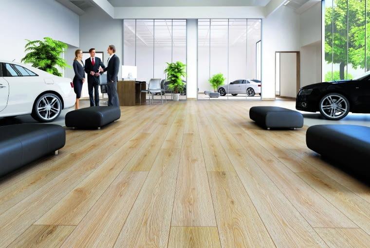 Dąb SoulAurum Flooring Sound /Kronopol Klasa ścieralności: AC5 klasa użyteczności: 33 wymiary: 188 x 1375 mm grubość: 12 mm V-fuga struktura synchroniczna 3D 5 paneli w paczce. Cena: 79,99 zł/m2, www.kronopol.pl