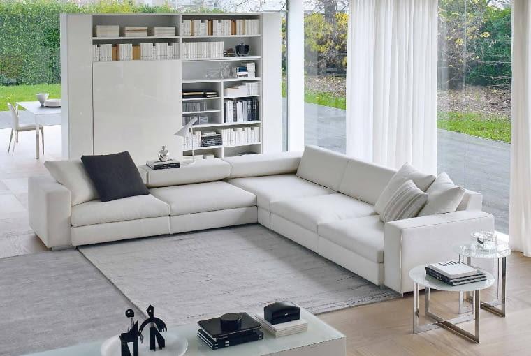 Szara wstęga gresu na tarasie otacza domową 'wyspę'. Do jego kolorystyki nawiązuje popielaty dywan przed sofą. Zdjęcie: www.molteni.it