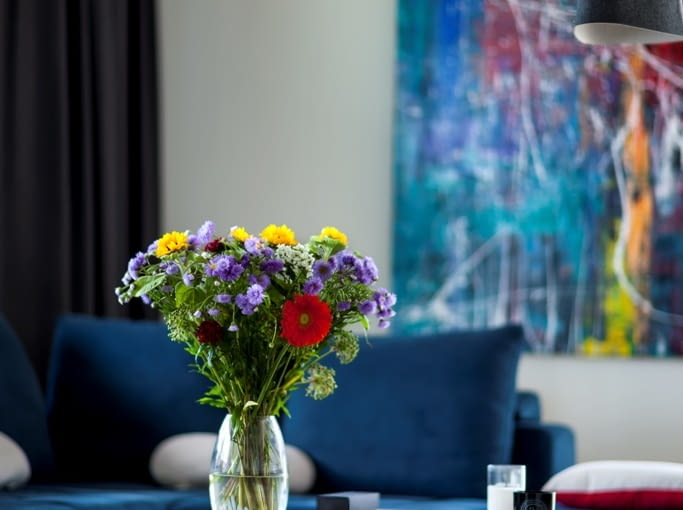 Swoje miejsce w mieszkaniu znalazła także sztuka, znak rozpoznawczy projektów sygnowanych przez pracownię Anny Koszeli. W tle na zdjęciu widać obraz 'Abstrakcja 5' autorstwa Łukasza Stokowskiego.