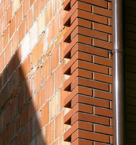 Klinkierowy mur układany jako ostatni element ściany trójwarstwowej