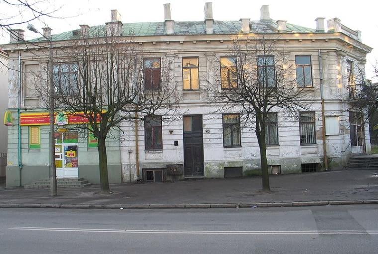 Secesyjna kamienica w Mławie, która poddana została niefortunnej nadbudowie