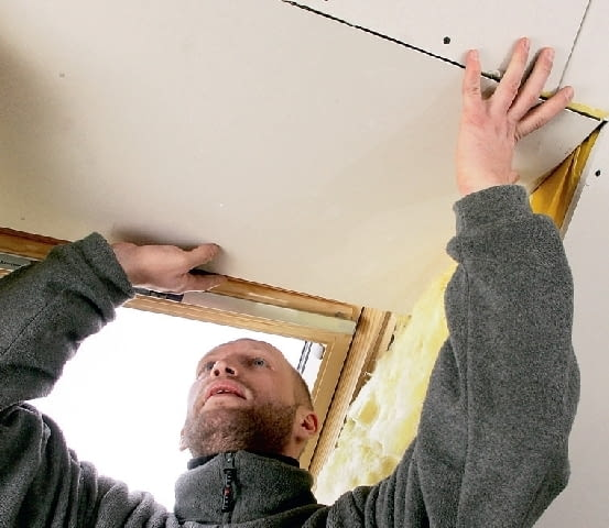 Krok 8. Obudowę górnej płaszczyzny okna wykonuje się podobnie, jak dolnej. Dzięki temu warstwa izolacji cieplnej przy oknie będzie w miarę gruba.