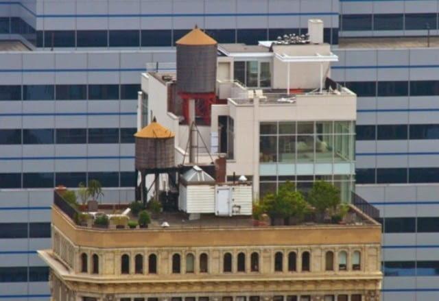 Domek jednorodzinny na dachu jednej z nowojorskich kamienic.