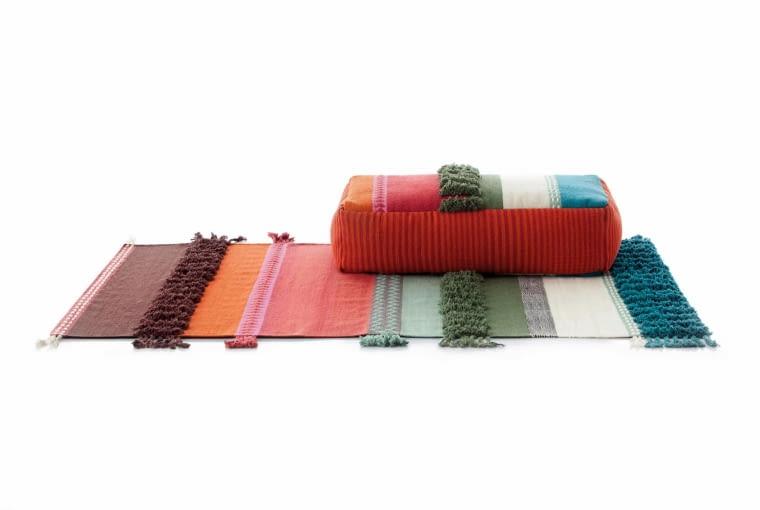 Alexandra Pouf i dywan z kolekcji Glaoui. Designerka Sandra Figuerola zaprojektowała kolekcję, w której motyw z dywanów pojawia się na meblach, Gan by Gandia Blasco.