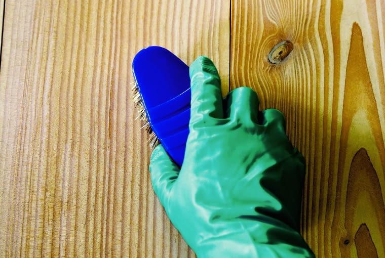 Przed ługowaniem podłogę trzeba dokładnie oczyścić z pyłu pozostałego po szlifowaniu