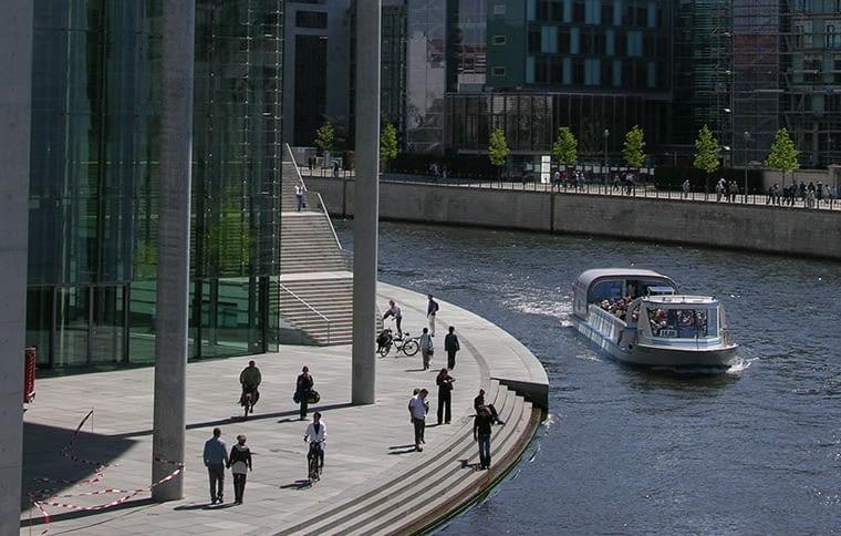 Do dzielnicy rządowej w Berlinie można przypłynąć tramwajem wodnym. Bulwary nad rzeką są najchętniej odwiedzanym miejscem przez przybywających do miasta turystów, fot. citypolska.com