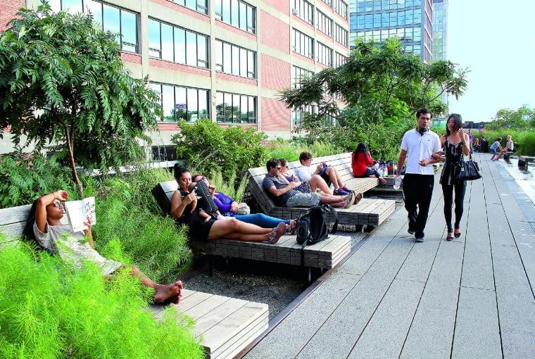 Nowojorczycy chętnie relaksują się na drewnianych leżakach stojących wzdłuż chodnika.