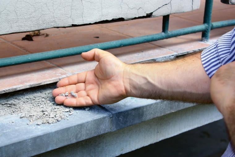 Duże zniszczenia kolejnych warstw płyty balkonu wymagały pilnych napraw