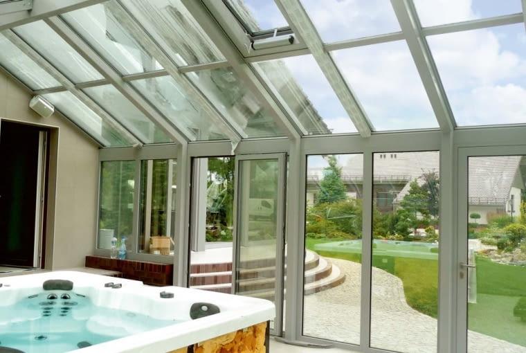 Jeśli w oranżerii chcemy mieć basen lub jaccuzi, okna obowiązkowo trzeba wyposażyć w nawiewniki higrosterowalne