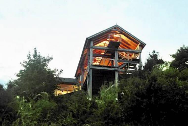 Dom na skarpie. Widok na dom od strony jeziora. Budynek wpisany w skarpę nie dominuje nad krajobrazem