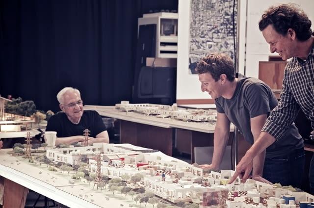 Dyskusja Zuckerberga i Gehry'ego nad makietą nowego kampusu FB projektu amerykańskiego star-architekta.