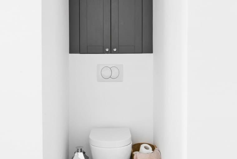 Po zamontowaniu podwieszonego sedesu zazwyczaj powstaje wnęka, którą można wykorzystać jako przestrzeń do przechowywania - zamontować półki i ukryć je za drzwiczkami.