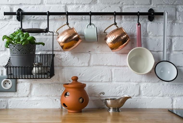 Wyeksponowane naczynia w kuchni nadają przytulny klimat