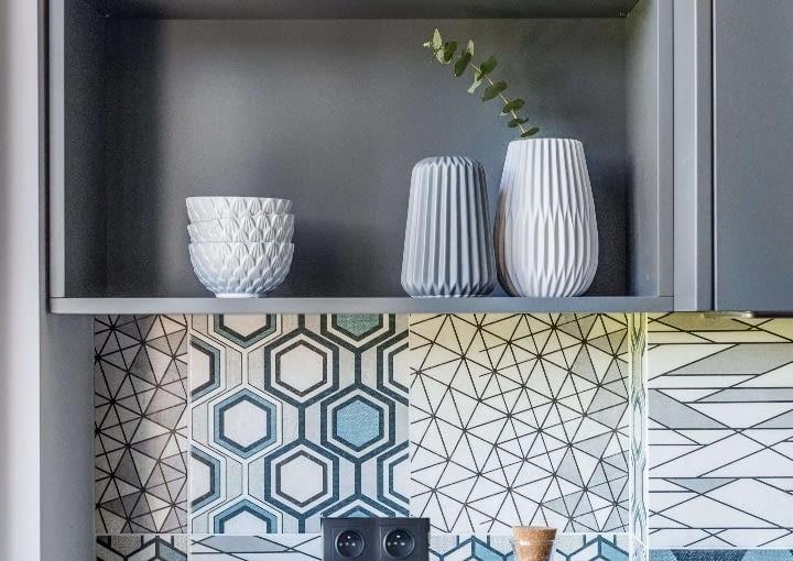 Te wnętrze kocha geometrię od mozaiki na ścianie, poprzez oświetlenie po tkaniny, detale, dodatki.
